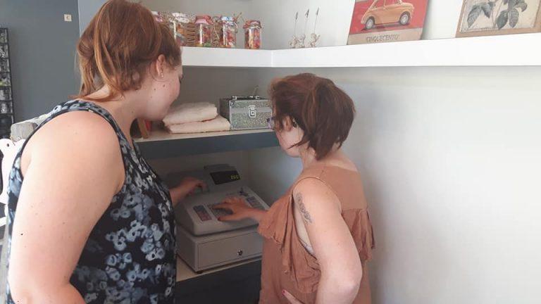 Lisanne leert Sharon de kassa