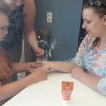 Sharon leert handmassage geven