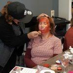 Stacey oefent met schminken